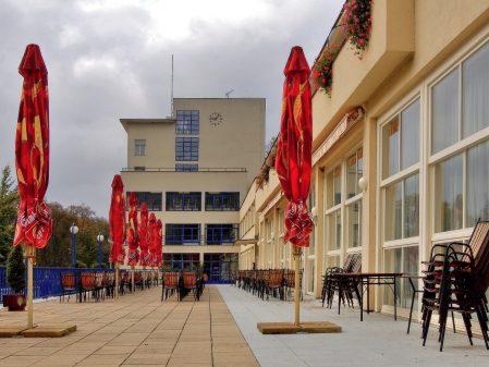 Lázně Teplice nad Bečvou / fotogalerie / Venkovní posezení kavárny Bečva v Teplicích nad Bečvou