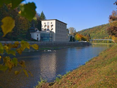 Lázně Teplice nad Bečvou / fotogalerie / Pohled na promenádu a most v lázních