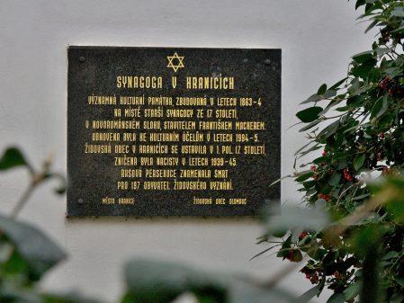 The Synagogue – a delicate yet fascinating landmark / fotogalerie / Pamětní deska u Synagogy