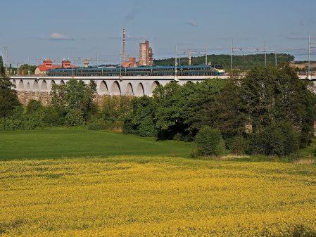 Viadukty / fotogalerie / Pohled na viadukty a projíždějící Pendolino
