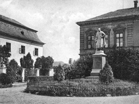 Římskokatolická fara / fotogalerie / Historická fotografie dnešního Školního náměstí